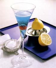 Заинтригуйте гостей голубым шампанским.